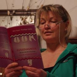 Zehenleserin Ellen Ruschmann liest Fussdiagnose von Ruediger Dahlke