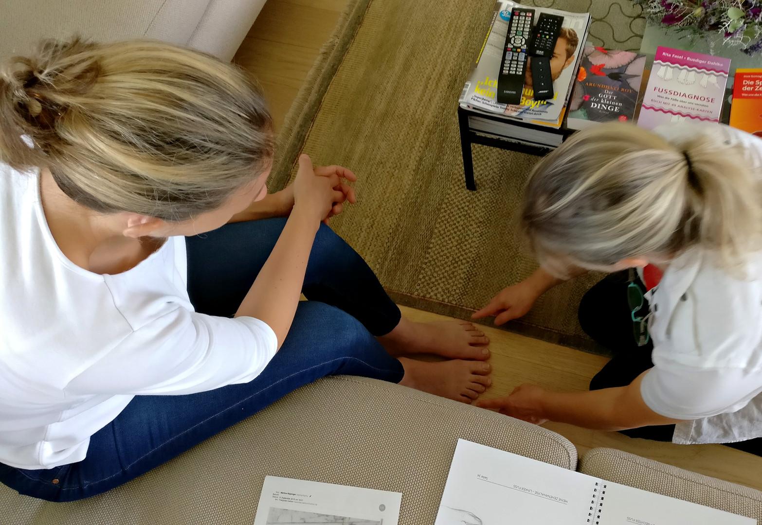 Ellen Ruschmann bei der Fussdiagnose